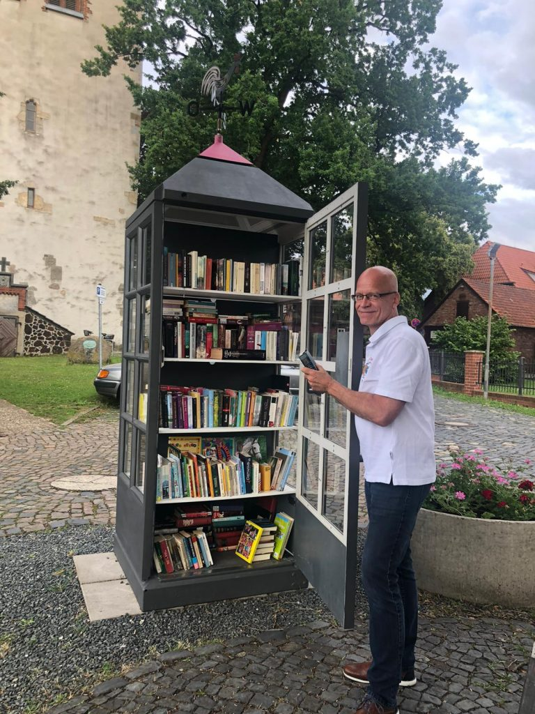 Matthias Kenzler präsentiert die Bücherzelle