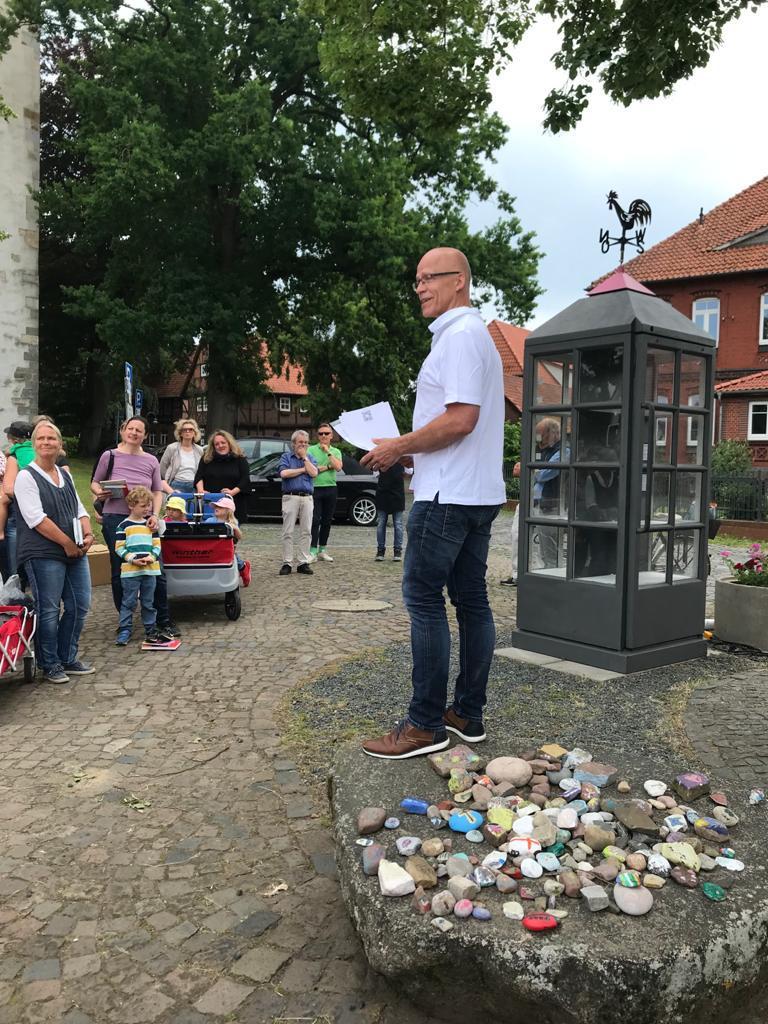 Einweihung der Bücherzelle in Isernhagen